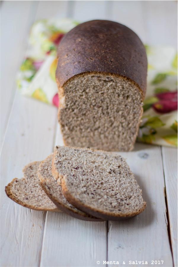 Pane integrale alla confettura di ciliegie e semi di lino